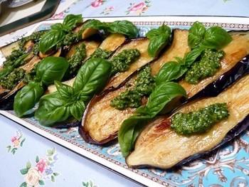 焼くとトロッとする茄子は、ジェノベーゼソースとの相性もピッタリ。にんにくを効かせると、本格イタリアンの美味しさで、箸が止まりません!