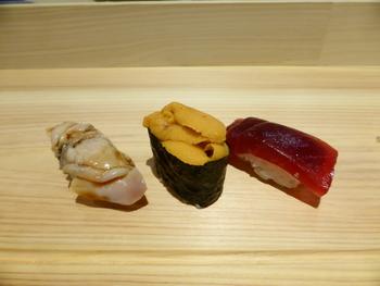 美味しさが内から透けて見えるような美しい寿司ネタは甘みが濃く、抑えられた酸味のシャリとあいまってとろけるような旨味が広がります。