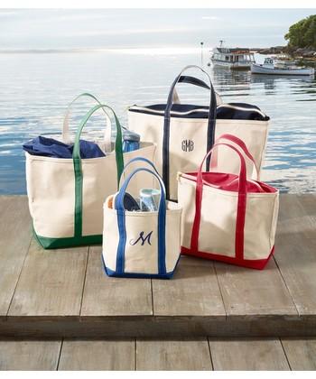 イニシャルや名前を刺繍してもらえるのもL.L.BEANのトートバッグの嬉しいポイントですね。大きさも様々なので、荷物が少ない時も多い時も対応できますね。
