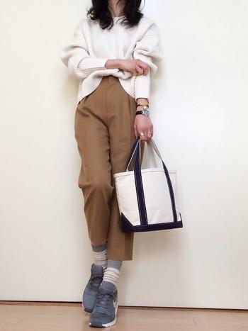 小さな子供とのお出かけにはすぐに動けるシンプルな装いがいいですよね。  刺繍ロゴなしのバッグでも、コーディネートにもあわせやすくおすすめです。