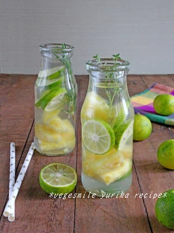 パイナップル、酢みかん、タイム・ローズマリーとお水で作るフレーバーウォーター。ハーブとフルーツの酸味で、心も体もスッキリとリフレッシュ!