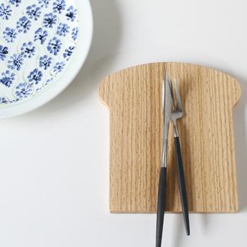 食パンを二回りほど大きくかたどったような手作りの木製食パン型プレートは、木の素材感がティータイムにぴったり。ひとつひとつ木目の出方が違うのも魅力的です。