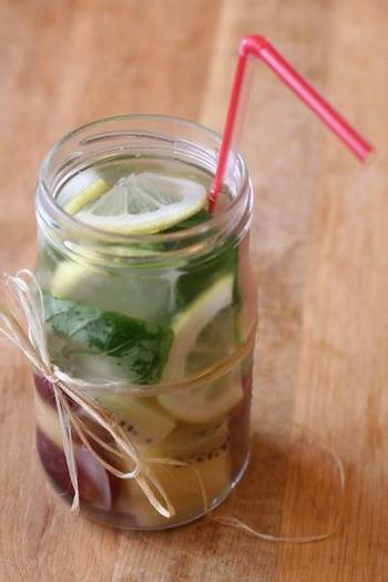 ブドウ、レモン、キウイ、そしてミントで作るフレーバーウォーター。麻紐を結んだオシャレなボトルに入れると素敵なドリンクに。
