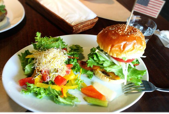 【South Swell】のおすすめメニューは、ボリュームたっぷりのハンバーガー!バンズには大阪の人気ベーカリー【ブランジェリー タカギ】の特製バンズを使用しています。ジューシーなパティの味もしっかり堪能できますよ♪