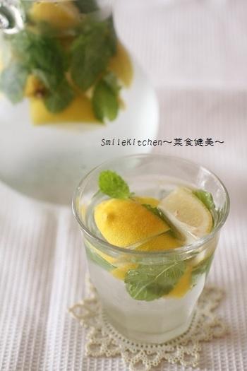 相性のいいレモンとミントを使ったフレーバーウォーター。時々カフェやレストランでも、このようなフレーバーウォーターが出てきますが、それをおうちでやってみるのもオシャレですよね。