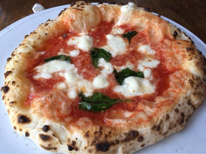 おすすめは何と言っても焼きたてのピッツァ!厨房に据えられたピッツァ窯で焼き上げる、モチモチのピッツァです。何人かで来店して、いろいろなメニューをオーダーすると楽しいですよ♪