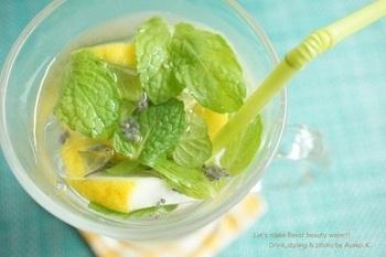 栄養価の高いスーパーフードのチアシード、レモン、ミントの葉で作る爽やかな風味のフレーバーウォーター。ミントはたっぷり使うのがオススメ!