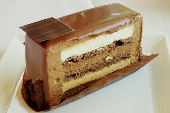 「ワールドチョコレートマスターズ パリ」に日本代表で出場したショコラティエの作品「アーキテクチャ―テイスト」。この美しい断面が織りなすキャラメルとチョコレートの組み合わせは絶品。