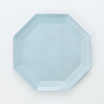 陶器とは思えないほど薄いキコフシリーズは、小皿やティーセットの他に、ポットやフラワースタンドも展開しています。シンプルを極めたお皿なので、個性の主張は随一ながら、置くテーブルやのせるスイーツは選びません。