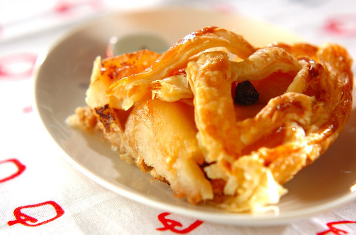 アップルパイが食べたい!でも面倒という方は、冷凍パイシートで簡単につくれます。  バターで炒めたりんごをグラニュー糖とレモン汁で煮て、パイシートに包んで焼きあげるだけと、手順も簡単。ぎっしり詰まったりんごは、やっぱり季節の味わいです。