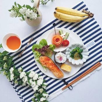 やさしい色味の料理には、ポップなストライプのテキスタイルでメリハリをプラス。