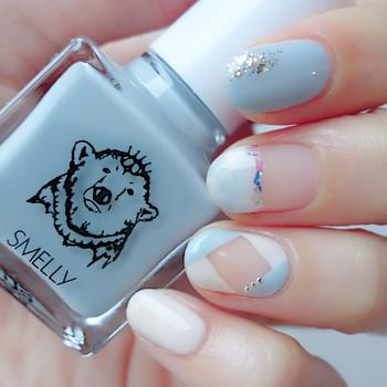 人気のSMELLYのポリッシュ「メランコリー」を使ったネイル。グレイッシュなブルーとベージュを組み合わせた爽やかなデザインです。