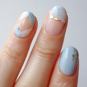 人差し指はブルーのワンカラーで仕上げ、爪先から軽くシルバーラメをひと塗りしています。