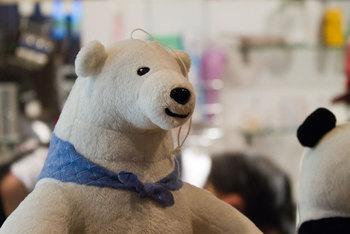 JR高田馬場駅から徒歩7~10分。大きな通り沿いにあるこちらのお店は、アニメ「しろくまカフェ」を表現した公認カフェ。カウンターに大きなぬいぐるみの動物たちが座っているなんていうことも!?ソファ席やキッズスペースもあるので子連れでのカフェタイムにぴったりです。