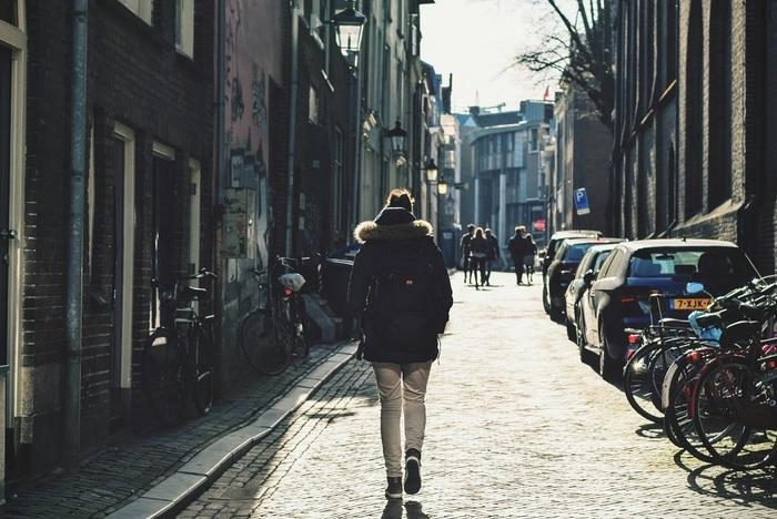 無理して嫌いなジムに通うフランス人はいません。それよりも街を歩いたり階段を登ったりメトロで移動したりと、とにかく歩いて体を動かすことを日常的にしています。エレベーターを使わずにアパルトマンの階段も歩いて自分の部屋まで。そんな心がけが太らない秘密でもあるようです。