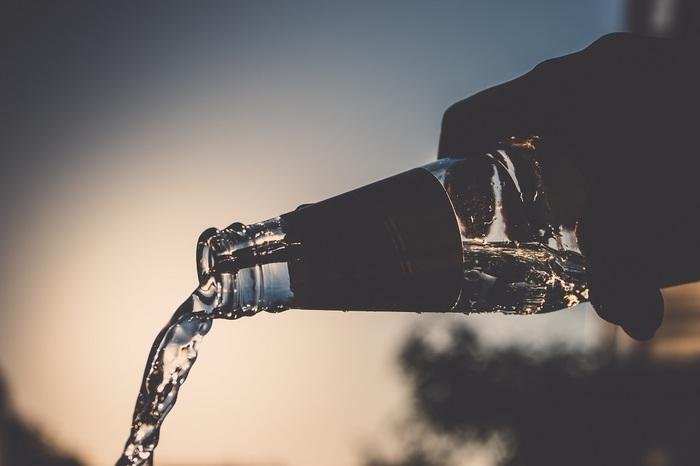 ジュースではなく水をたくさん飲む傾向があります。ペリエは食事と一緒に飲むことが多いですし、ボルビックやエビアンなどフランス産のミネラル成分たっぷりの天然水は日本でもお馴染みですね。ペリエなど炭酸水には便秘解消や血行促進、デトックス効果もあり、ダイエット目的で飲む女性も多いようです。  フランスでは水道水が鉱水で飲みにくく、またこうしたミネラルウォーターや炭酸水がとても安い値段で買えるというのも一般的に普及している理由のひとつかもしれません。