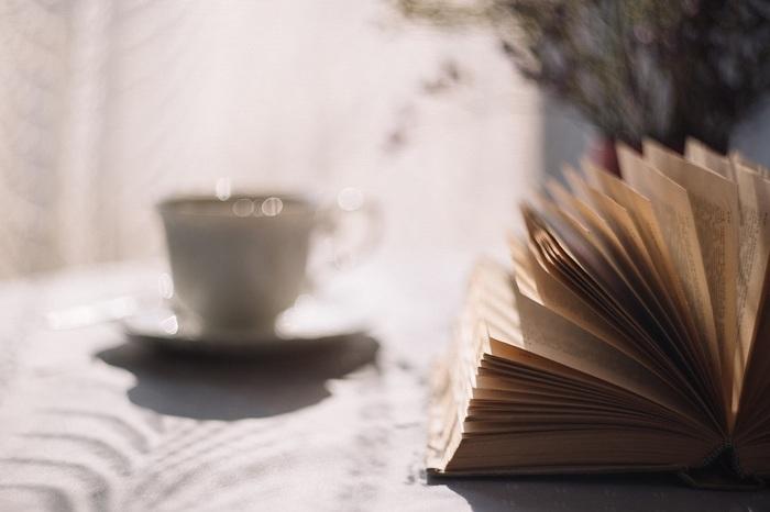 カフェやメトロ、図書館、自宅で、フランス女性はとにかく読書好き。読むものは詩集や哲学書、歴史ものまで幅広く、読書で教養や知性を磨きます。パーティなどで必ず「最近どんな本を読みましたか?」と聞かれるのもフランスならではかもしれません。また本だけでなく映画、アート、音楽にも敏感で展覧会や美術館にもよく足を運びます。こうした教養こそ人としての魅力だと考えるフランス人が多いのです。