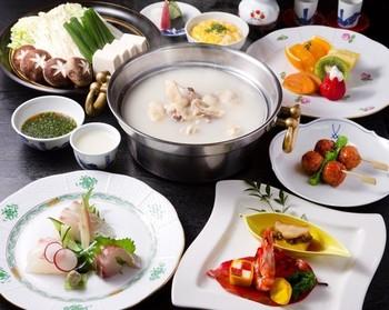特別な日に頂きたい「水だきコース」。仲居さんがすべてサービスしてくれますので、鶏肉やお野菜が一番美味しい状態で食せます。優雅な時間をすごせますね。