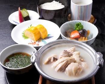 リーズナブルなランチも評判です♪ 画像の「水だき小鍋御膳」は、一人用の小鍋で提供されるそうです。鶏の美味しさを存分に味わう「親子丼」も人気。