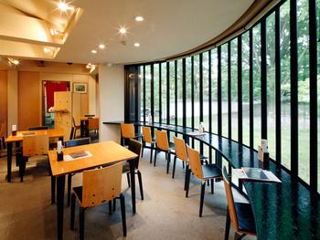 奈良公園に面した大きな窓からは、四季折々の風景を楽しめます。