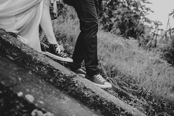 2人でおそろいのコンバースウェディング♡ でこぼこ道も、お気に入りのスニーカーなら、スマートに歩けます!