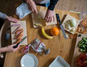 こちらは「東屋」の薬味俎板です。木曽ヒノキ一枚板でつくられたもので、大と小の2サイズがあります。どちらも小さめで小回りがきくので、キッチンのちょっと空いたスペースで、名前の通り薬味を刻んだり、果物を切ったり…と、サブのまな板として活躍しそうです。