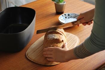 こちらはデンマークのStelton(ステルトン)社が手がけたブレッドボックスです。こちらもフタがカッティングボードとなっています。横に数本入った溝のおかげで、パン屑がテーブルに散らばってしまうのを防いでくれますよ。たっぷり容量のあるボックスなので、パン以外にもキッチンでの収納に活躍します。