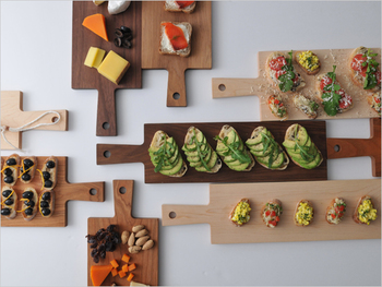 キッチン仕事やテーブルコーデに大活躍する素敵なカッティングボードとまな板をご紹介しました♪道具がひとつ変わるだけで、キッチンの風景がぱっと明るくなったり、食事の気分が楽しくなったりしますよね。みなさんもお気に入りのカッティングボードを探してみませんか?