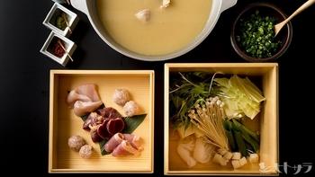 「地鶏水炊き(骨付きぶつ切りもも肉)」 「地鶏スープ炊き(骨なしのムネ肉ともも肉のスライス)」 「地鶏赤炊き(ピリ辛)」 と、3種類の地鶏の鍋が楽しめます♪