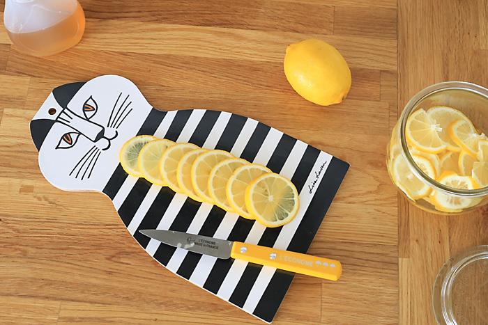 こちらはリサ・ラーソンのカッティングボード「トロール」です。なんとも言えない魅力たっぷりのかわいいネコ。この上でナイフを使うのがちょっとかわいそうだと思ってしまいますね。疲れている時でも、キッチン仕事がぐっと楽しくなりそうです。他にもレッドとブルーがありますよ。