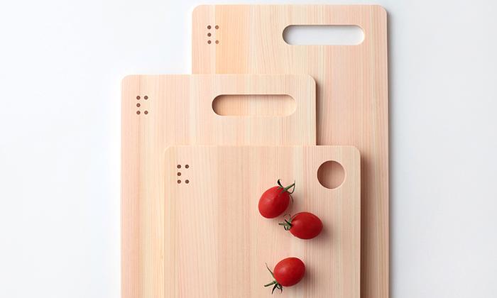 木目の美しいこちらのまな板は「土佐板」、樹齢100年以上の良質なヒノキを使って、土佐の職人さんがひとつひとつ丁寧に作りあげたものです。適度な柔らかさがあるので、包丁の刃が傷みにくいという長所があります。こちらはなんと厚さ8mm。世界一薄いまな板だそうですよ。