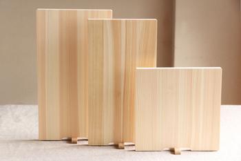 こちらもまた、ヒノキのまな板です。「土佐龍(とさりゅう)」の、高知県四万十ひの木のまな板です。魅力的なのは、この自立する形状ですね。通常はどこかに立てかけたり、吊るしたり…と、意外とまな板の置き場所って困るもの。片側についているつまみ部分をくるっとすれば自立する足となります。洗ったあとや使わないときの収納にとても便利ですね。