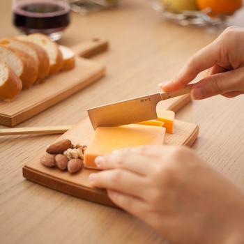 こちらの小さくてとってもかわいいカッティングボードは、チーズをカットするときに使う「チーズボード」です。とは言え、もちろん果物など他のものを切るのに使ってもOKです。切った食材をお皿に移さず、そのままテーブルへ出してもおしゃれにきまりますね♪