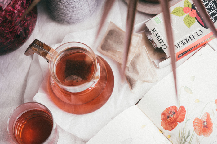 赤が美しいルイボスティーはノンカフェインドリンクとしては有名ですね。ストレートが基本ですが、レモンスライスを加えたり、砂糖やハチミツで甘みをつけたり、ミルクティーにしても◎