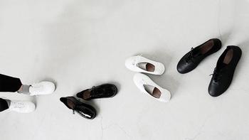 溜まった心の疲れを癒すため、観光やグルメなど旅行に行くとき、とっておきの洋服でお出かけしたいけど、歩くことを考えたらどうしても履き慣れたカジュアルな靴を選んでしまう・・・。  きっと、誰もが経験したことがあると思います。  旅行じゃなくても、毎日の外出やママのお出かけなどストレスフリーで履けて、しかもおしゃれなデザイン、と考えて靴探しをしている方に。
