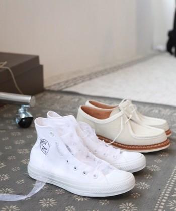 着用されたコンバースはこちら。お友達にプレゼントしていただいたのだとか。靴ひもをオーガンジー変えて、ハッピーな門出にぴったりの表情に。