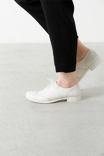 インソールに使用している低反発ウレタンが足裏のカタチにフィットして、歩行時に耐圧をゆっくりと包み込み、衝撃を吸収・軽減します。だからスニーカーのような感覚で履きやすく足が疲れにくデザインになっているんです。