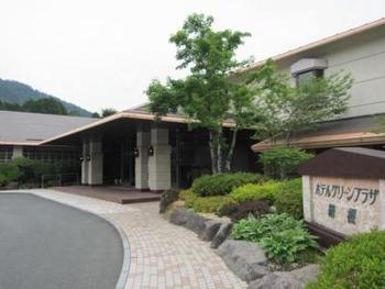 「富士見温泉の宿 ホテルグリーンプラザ箱根」の魅力の一つは、富士を望めるその立地にあります。箱根ロープウェイ姥子駅を降りて歩くこと5分、箱根の標高860mの富士箱根伊豆国立公園内の山合いに静かに佇んでいます。