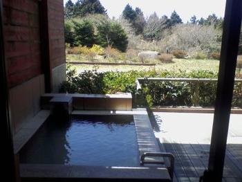 もちろん温泉も魅力の一つ。自家源泉で湧き上がる良質なお湯は、弱アルカリ性。標高860mの高さで浸かる温泉は、また格別です。  ※画像は客室露天風呂
