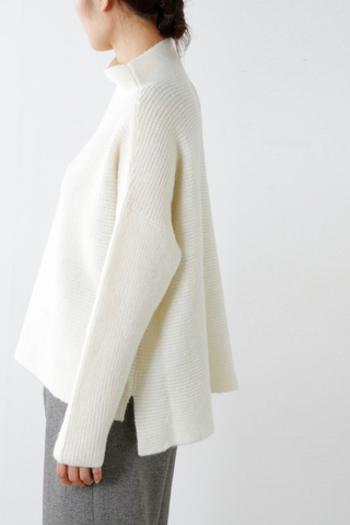 冬のワードローブに欠かせないニット。中でも『白ニット』はふんわりとした優しいイメージですが、膨張して見えるのが心配‥という方も多いのではないでしょうか。今回は、白ニットの着こなしポイントと、素敵なコーディネートをご紹介します。