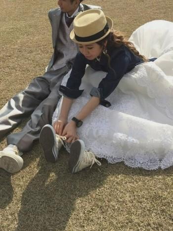 ふんわりボリュームのあるクラシカルなウエディングドレスに、ストローハットとジージャン、足元はもちろんコンバース!日常の延長線上にある理想のウエディングスタイルです♪