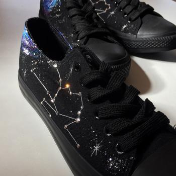 ブラック派の方には、星座が輝くこんなスニーカーはいかが? 星に2人永遠の愛を誓いましょう。