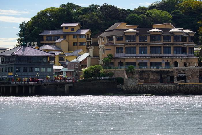 大人のためのリゾート「江の島アイランドスパ」は、神奈川県藤沢市江の島にある本格派の最先端スパリゾートです。男女別の内湯はもちろん水着着用の混浴プールゾーンもあるので、カップルにも人気のスポット。