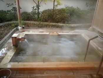 最上階には内湯と展望露店風呂があり、雄大な太平洋を眺めることができます。日帰り入浴の利用時間は10:00~17:00まで。夏季は15:00までで、料金にはフェイスタオルが含まれています。貸し切り露店風呂の利用は追加料金が必要です。昼食付きのプランや、ゆったり個室が利用できるプランもあり、至れり尽くせり。  貸し切り専用露天風呂の「白亀の湯」は、日帰り入浴でも利用できます。家族やカップルでゆったりくつろぎましょう。  ※画像は「白狼の湯」です。