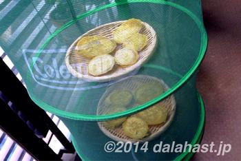 ハンギングネットを使えば、二段で作れます。ハンギングネットは、干し芋以外にも、その他の干し野菜を作るときにも便利ですので、ひとつあるといいですね。