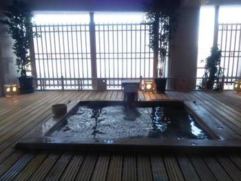 日帰り入浴の利用時間は11:30〜14:00まで。2階と8階にある大浴場と露天風呂が堪能でき、100円でバスタオルレンタルもOK。曜日によって、利用できない場合もあるので、あらかじめ問い合わせしてから訪れましょう。