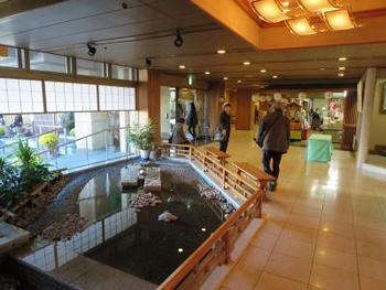同じく、伊香保温泉にあるおすすめの宿が「松本楼ホテル」。黄金の湯、白銀の湯の2色が楽しめます。館内のバリアフリー化や手作り離乳食に力をいれており、赤ちゃんからお年寄りまで家族みんなで楽しむことが出来る人気のホテルです。