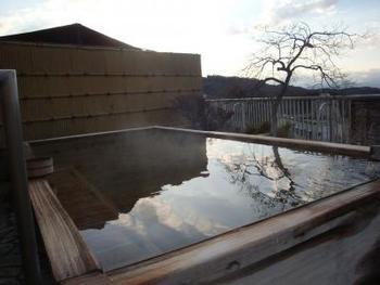 檜の香りに包まれながら白銀の湯にのんびりと浸かってみてはいかがでしょうか。