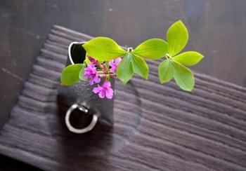 錫製の花器は抗菌性があり、切り花が長持ちすると言われています。見た目の美しさだけではなく、実用性も兼ね備えた花瓶です。