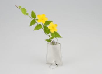 錫100%のすずはなシリーズは、壁や柱に掛ける吊り花瓶として使えます。